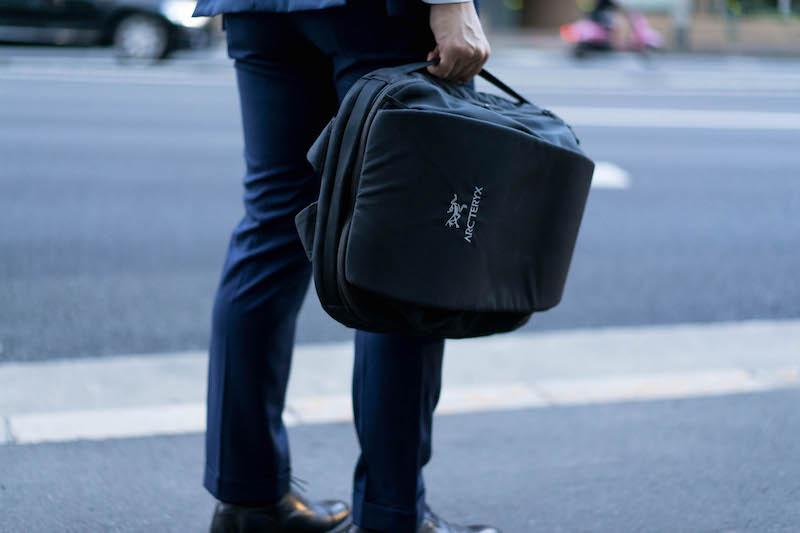 ブレード20のサイドハンドルを持つと、ビジネスバッグのように。